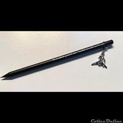 Crayon noir avec figurine argentée