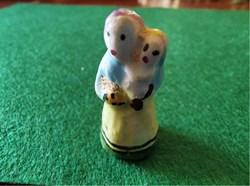 Maman et son bébé en porcelaine