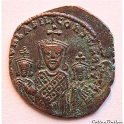 Basile 1er avec Léo et Constantin (867 - 886) Follis Constantinople - Sear 1713 -