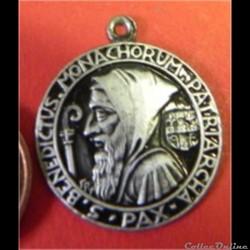 estampage : médaille de St Benoît en tôle