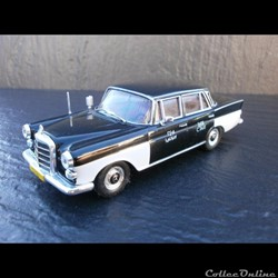 Mercedes-Benz 200D Taxi du Caire