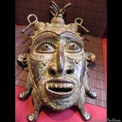 """les masques de danse des GELEDES: masque -casque (haume porté sur le dessus de la tête) .""""les Gélédés sont des membres d'une confrérie secrète localisée au Nigéria et membres de..."""