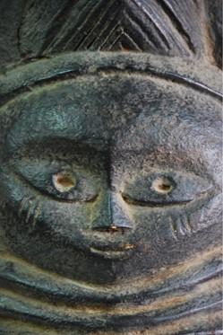 """Les masques symbole de l'art africain.Le masque est la sculpture dominante des arts dit """"premier"""".Ils sont utilisés dans trois sortes de cérémonies:Agraires, initiatiques et funéraires.La personne qui revêt le masque..."""