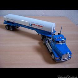 Collection de camions miniatures aux couleurs de l'Air Liquide de toutes périodes et de tout pays....